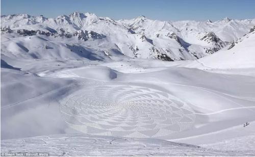 simon beck,gravure sur neige,neige,dessins dans la neige,cristaux,flocons