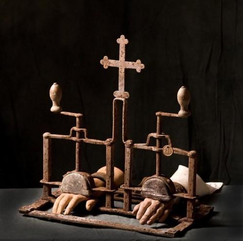 ce-diabolique-ecrase-mains-est-estime-a-2-500-euros-photo-cornette-de-saint-cyr.jpg