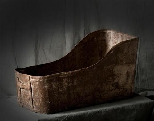 dans-cette-baignoire-tombait-les-tetes-de-guillotines-photo-cornette-de-saint-cyr.jpg