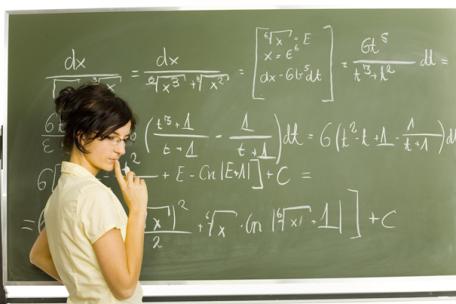 maths-tableau-noir-avec-prof-dame-maths-maroc-coach-scolaire.png